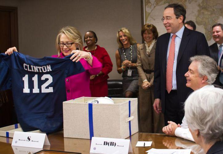 A manera de bienvenida, Clinton recibió de regalo un jersey de fútbol americano en el Departamento de Estado, en Washington. (Agencias)