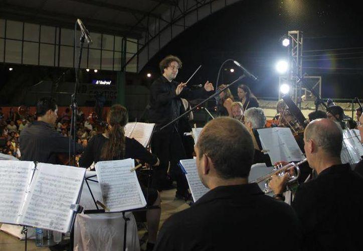 """La Gala de Ópera """"El Fuego del Amor"""" dio inicio a las 21:30 horas y duró dos horas, presentando a 15 sopranos y 40 músicos. (Redacción/SIPSE)"""