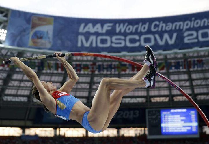 Yelena consiguió su primer título mundial a los 23 años y el segundo a los 25, pero tardó seis años en conseguir (foto) el tercero. (Agencias)