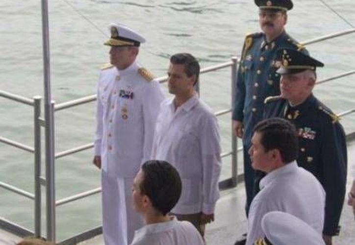 El presidente Enrique Peña (centro), presenció ejercicios navales y despliegue de barcos. (Milenio)