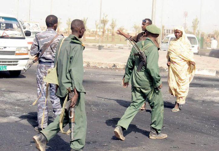Soldados sudaneses patrullan tras un ataque en Jartum. (Archivo/EFE)