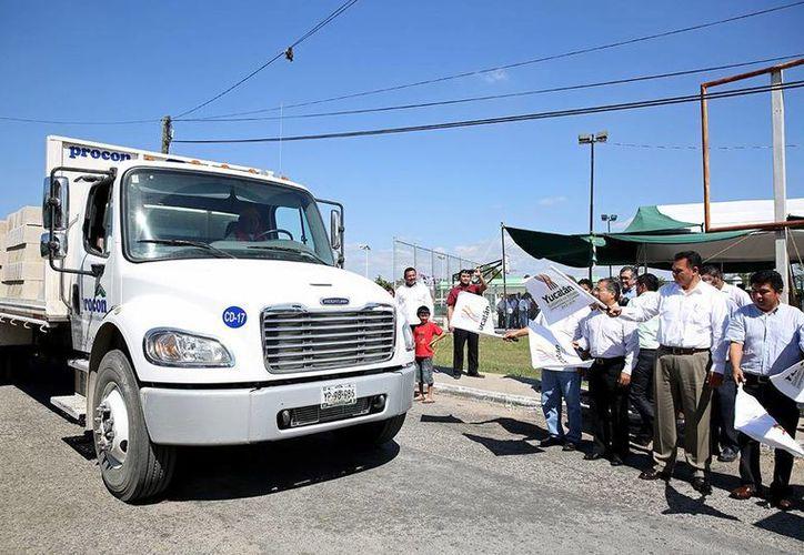 El gobernador de Yucatán entregó apoyos para vivienda, ayer sábado en colonias de Mérida. (Oficial)