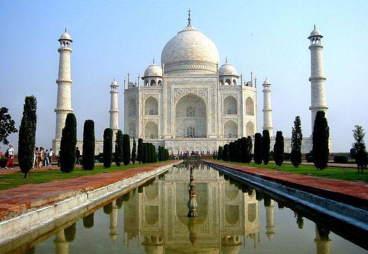 Se cuenta que el mausoleo marmóreo fue realizado por 20 mil obreros y mil elefantes con la ayuda de arquitectos italianos. (wordpress.com)