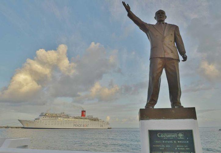 El presidente municipal Fredy Efrén Marrufo Martín, les dio la bienvenida a los pasajeros del navío. (Gustavo Villegas/SIPSE)