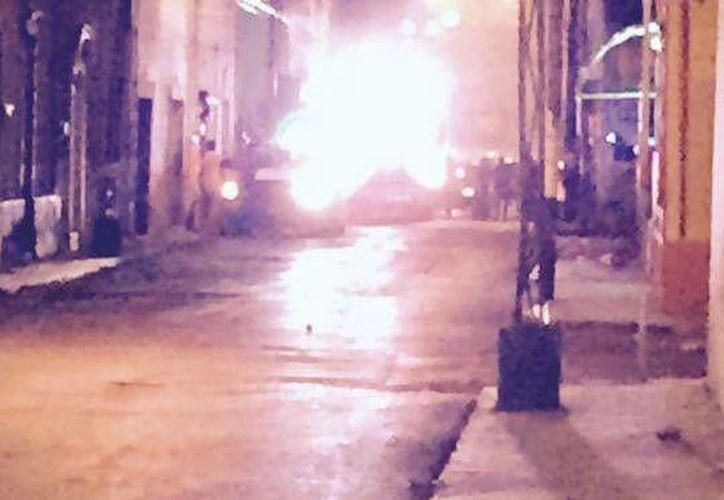 El auto se quema en la calle 71 con 56, en la zona de mercados del centro de Mérida. (Twitter/@roRoberthsalomon)