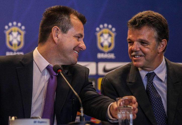 Carlos Caetano Bledom 'Dunga' (izq.), seleccionador de Brasil, dio la primera lista de convocados de su segundo periodo como entrenador de la verdeamerella. En la foto, lo acompaña el coordinador general de selecciones, Gilmar Rinaldi. (Efe)