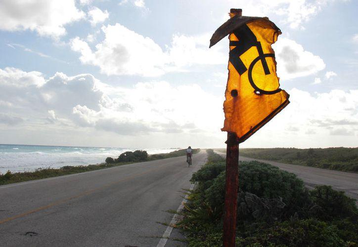 Señalamientos en carretera oriental de Cozumel se encuentran en pedazos. (Gustavo Villegas/SIPSE)