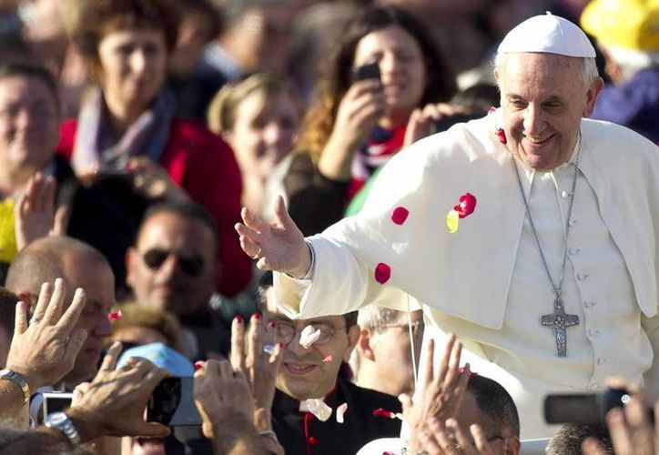 Los mensajes que el papa Francisco tuitea desde la cuenta @Pontifex, son retuiteados millones de veces, según El Vaticano. (EFE/Archivo)