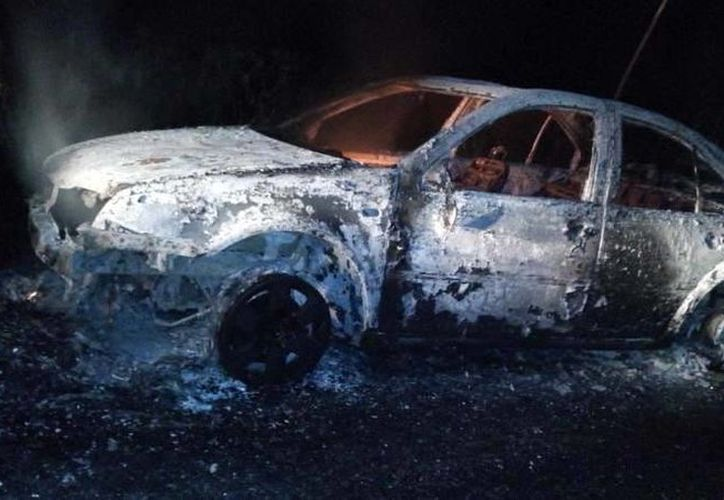 El vehículo se impactó contra un anuncio publicitario en el lugar. (Rossy López/SIPSE)