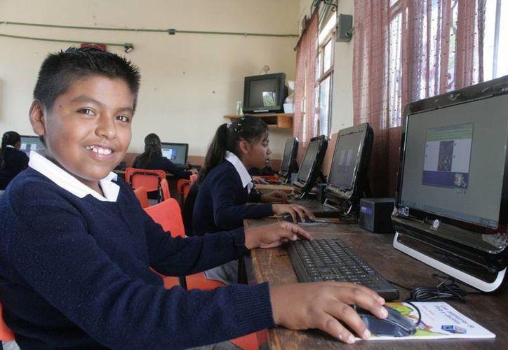 Las computadores son para los niños de quinto y sexto año de primaria de todo el país. (Notimex)