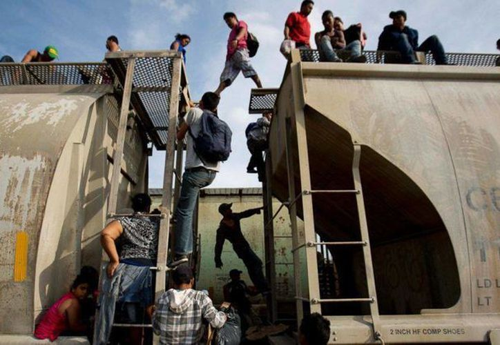 Imagen de archivo de el tren 'La Bestia', el cual transporta a un grupo de inmigrantes, desde México hacía la frontera con EU. (Archivo/AP)