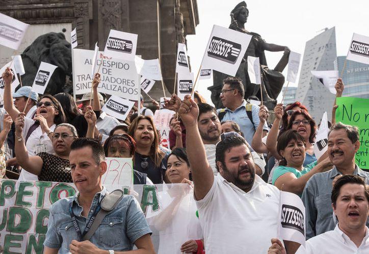 """Al grito de """"¡Ni un despido más!"""", los inconformes marcharon. (Foto: Notimex)"""