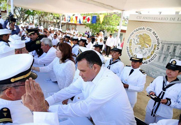 Tras la ceremonia alusiva al 102 aniversario de la Gesta Heroica de la Defensa del Puerto de Veracruz el gobernador Rolando Zapata Bello entregó condecoraciones de perseverancia a personal de la Marina con 10, 15, 20 y 30 años de servicio activo. (Fotos cortesía del Gobierno de Yucatán)