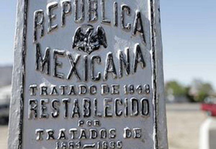Un cartel en el Monumento Nacional de El Chamizal recuerda el viejo límite entre México y Estados Unidos en El Paso, Texas. (Agencias)