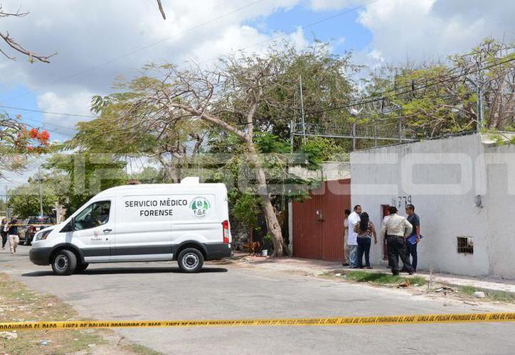 Personal del Ministerio Público y Servicios Periciales de la Fiscalía General del Estado, acudieron para el levantamiento del cuerpo. (SIPSE)