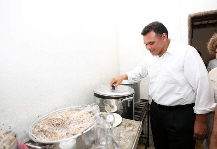 El gobernador Rolando Zapata en uno de los comedores del bienestar que inauguró el viernes. (Cortesía)