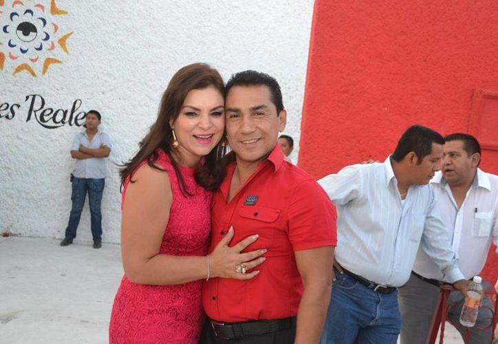Pineda Villa siempre aparecía en actos públicos junto a su esposo, en ocasiones vestidos con el mismo color. (Ayuntamiento de Iguala/Facebook)