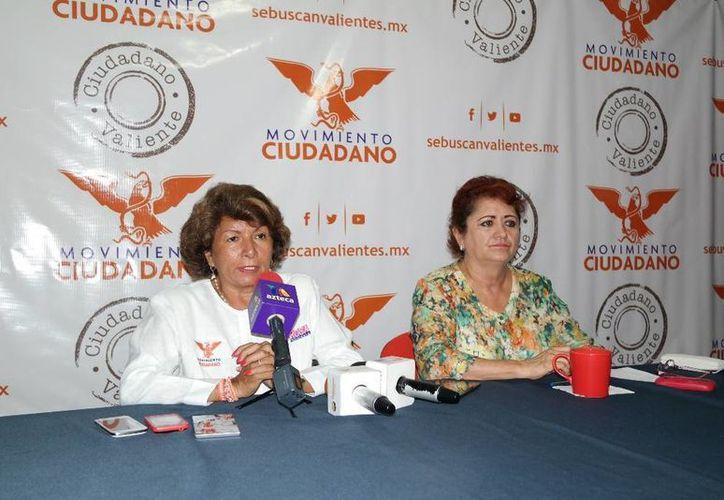 La candidata de Movimiento Ciudadano a la alcaldía de Mérida, Ana Rosa Payán Cervera, acompañada de Silvia López Escoffié, presidenta del partido, invitó a los ciudadanos a que le formulen preguntas. (SIPSE)