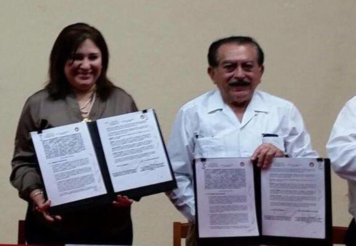 La presidenta de la Junta de Gobierno del Congreso, Celia Rivas Rodríguez, y el director del Centro de Estudios Superiores CTM, Luis Echeverría Navarro en la firma del acuerdo para acercar a los estudiantes a la labor legislativa. (Milenio Novedades)