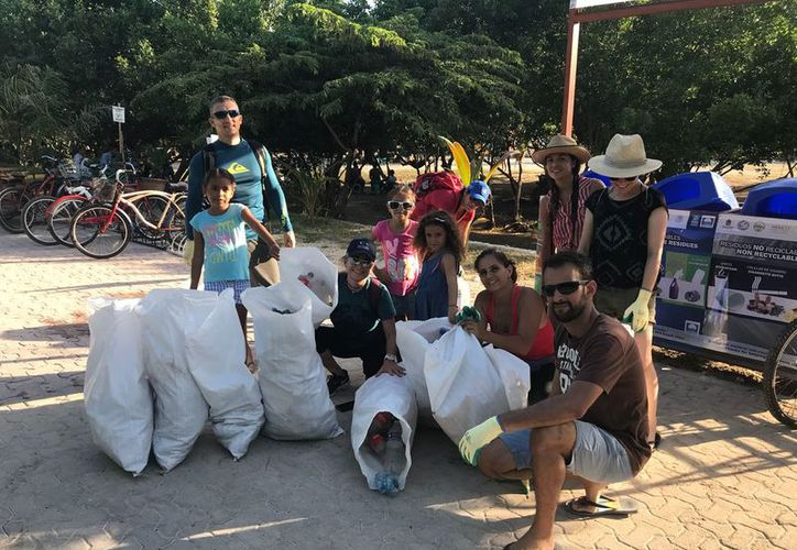 Participaron varios voluntarios en la limpieza en Punta Esmeralda. (Daniel Pacheco/SIPSE)