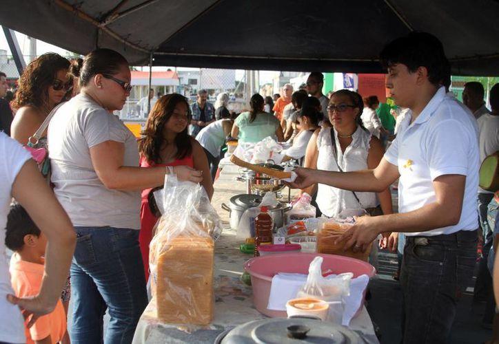 En el evento se vendieron antojitos regionales para recaudar fondos para el tratamiento de Daphne Camila Ibarra Chávez. (Milenio Novedades)