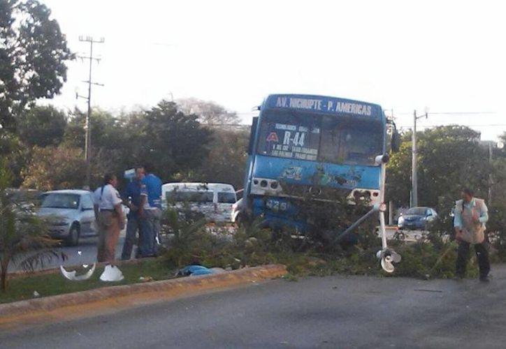 El camión transitaba sobre la avenida Nichupté y la Nizuc cuando sucedió el accidente. (Redacción/SIPSE)