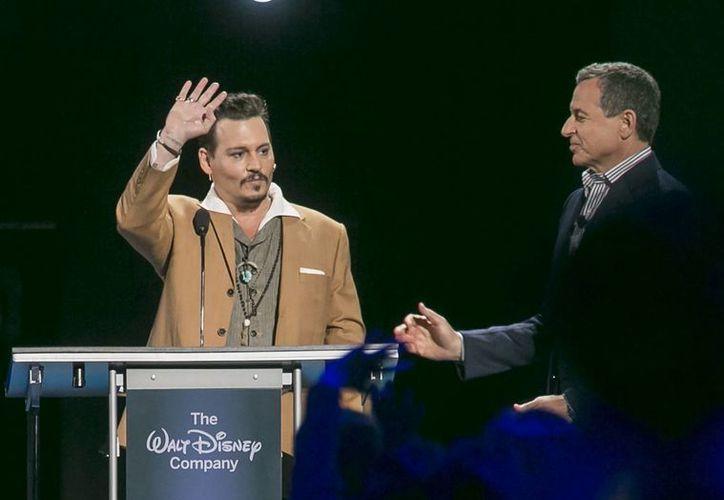 Johnny Depp durante su sorpresiva presentación en la convención de admiradores Expo D23 de Disney en Anaheim, California. (Agencias)