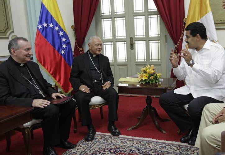 Maduro recibió a representantes diplomáticos del Vaticano en el Palacio de Miraflores para dialogar sobre la crisis en el país. (Agencias)
