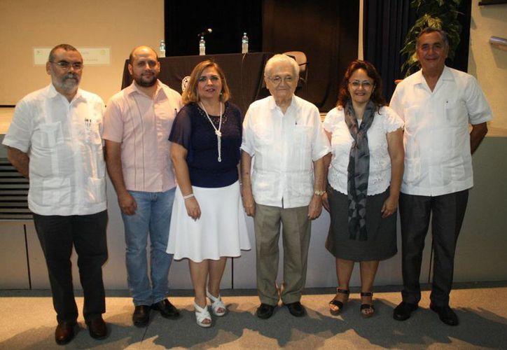 Autoridades de la Escuela de Arquitectura de la Universidad Modelo y representantes de las universidades participantes durante la inauguración del evento. (Foto: Eduardo Uc/SIPSE)