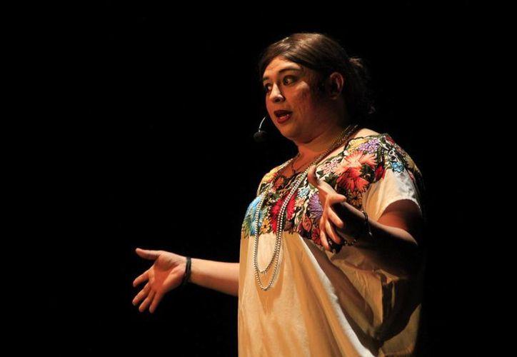 Tila María Sesto, personaje interpretado por Oscar Martínez, hizo reír al público del Teatro de Cancún. (Faride Cetina/SIPSE)