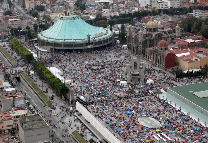 Las autoridades delegacionales distribuyeron 305 mil litros de agua entre los fieles que asistieron a la Basílica de Guadalupe. (Notimex)