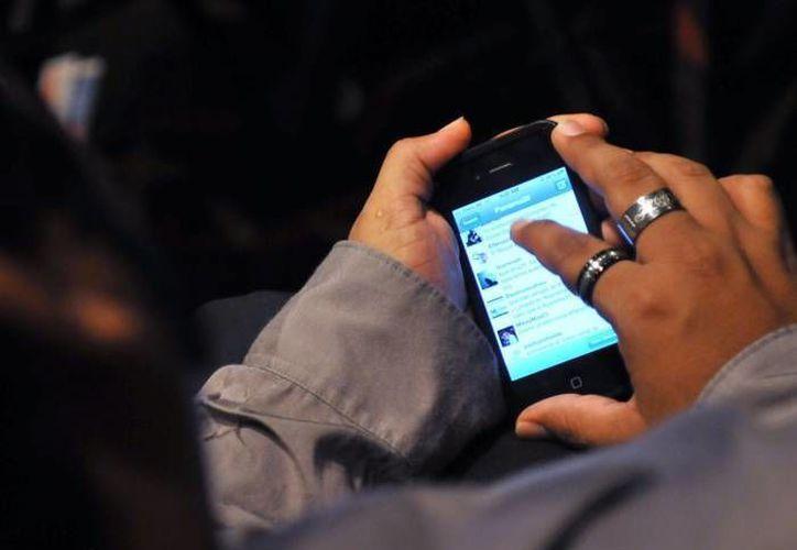 Los yucatecos son cada vez más asiduos al uso de redes sociales, sobre todo Facebook, al tiempo que se alejan de modos de vida tradicionales, lo cual en muchos casos incluye a la Iglesia. (EFE)