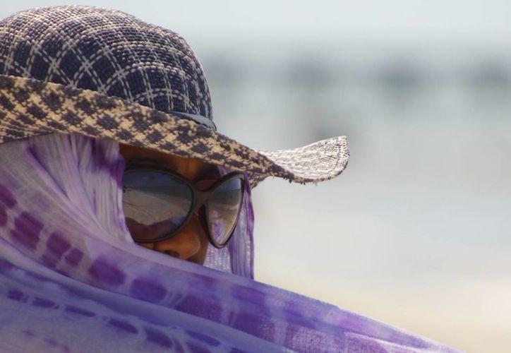 Las autoridades recomiendan protegerse de los rayos del sol. (Juan Albornoz/SIPSE)