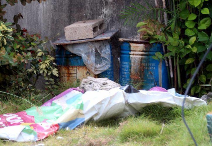 Los dos botes que contenían 53.5 kilos de sustancia, se encontraron en la casa marcada con el número 65 del fraccionamiento Paseo de las Palmas. (Sergio Orozco/SIPSE)