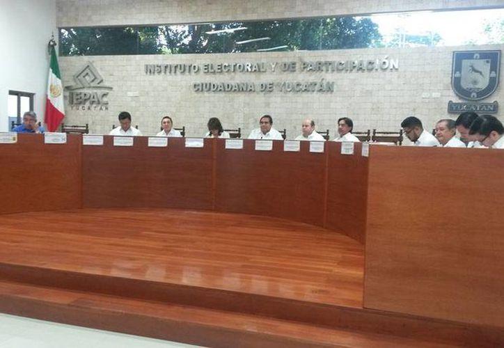 El Iepac aprobó cambios en los candidatos de varios municipios de Yucatán. En la imagen, aspecto de l sesión urgente del organismo. (Ana Hernández/SIPSE)