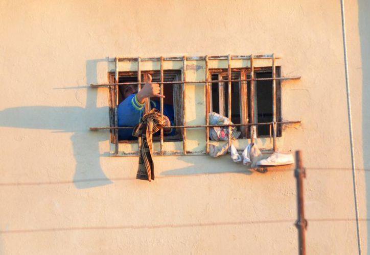 Tan solo este domingo, más de tres mil personas acudieron a visitar a sus familiares al penal de Topo Chico tras la violencia registrada el jueves. (Archivo/AP)