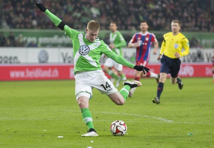 El volante y seleccionado mundialista belga Kevin de Bruyne al momento de anotar uno de los dos goles que le hizo al poderoso Bayern Munich, que cayó estrepitosamente 4-1 ante el sublíder Wolfsburgo. (Foto: AP)
