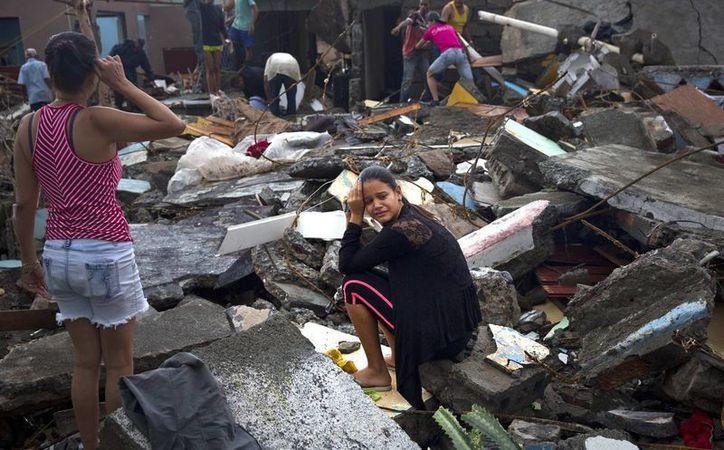 Una mujer llora entre las ruinas de su casa destruida por el huracán Matthew, en Baracoa, Cuba. (AP Foto/Ramon Espinosa)