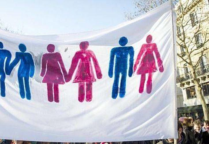 Decenas de parejas del mismo sexo festejaron la aprobación de la ley en las calles de Santiago. (AP)