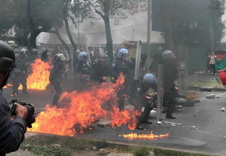 Son 11 las personas detenidas e investigadas tras los hechos violentos en el que estuvo en serio riesgo un policía, en el Zócalo. (Foto de archivo de Notimex)