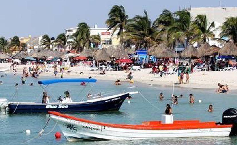 Paseantes disfrutan de las tranquilas aguas de Progreso. (Agencias)