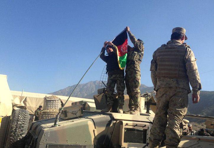 Choques entre rebeldes y militares de Afganistán dejaron más de 20 muertos, en la víspera de que concluya la incursión de EU en Afaganistán. La imagen es de contexto. (AP)