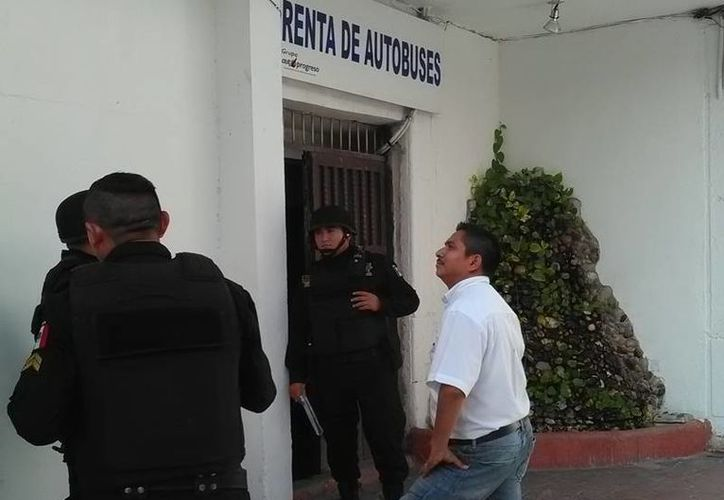 Policías acudieron al llamado de auxilio de empleados de la empresas AutoProgreso, quienes descubrieron un robo. (Milenio Novedades)