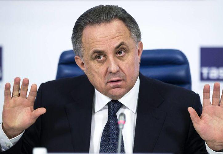 Vitaly Mutko, quien en la foto aparece en una conferencia de prensa en diciembre del año pasado, es un funcionario ruso de la FIFA que estaría detrás de un encubrimiento de futbolistas juveniles por dopaje. (AP)