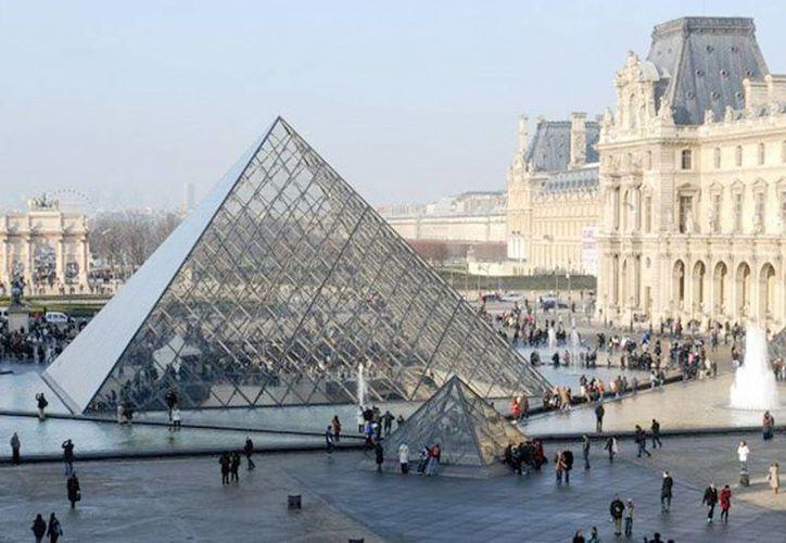 El incremento de visitantes satura al Museo del Louvre y por eso se forman largas filas en su entrada principal, bajo una pirámide de cristal. (Facebook/Musée du Louvre)