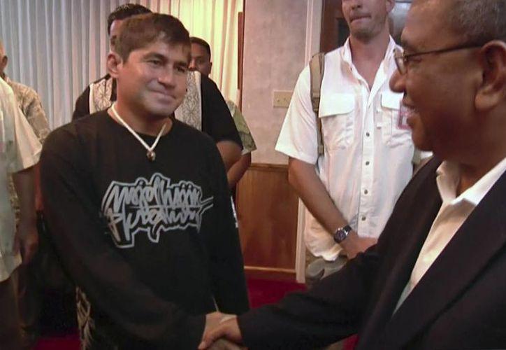 José Salvador Alvarenga (izquierda), se despide del presidente de las Islas Marshall, Christopher Loeak, antes de tomar un avión a Hawái en el aeropuerto de Majuro, en las Islas Marshall. (Agencias)