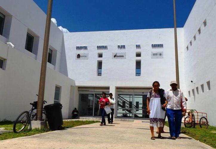 El padre Pérez Guajardo convoca a donar cenas de Navidad para quienes pasarán esa fecha en el Hospital Genera de Playa del Carmen. (Daniel Pacheco/SIPSE)