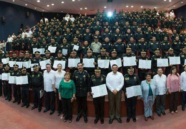 Agentes de la Secretaría de Seguridad Pública obtuvieron certificado de bachiller de manos del gobernador, Rolando Zapata Bello. (yucatan.gob.mx)
