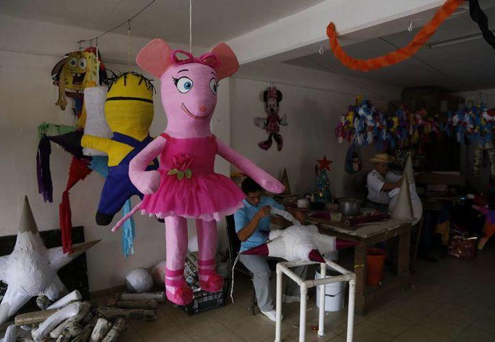 Exhortan a la ciudadanía a comprar anticipadamente su piñata en Apafhdem para contribuir a la manutención de la asociación. (Israel Leal/SIPSE)
