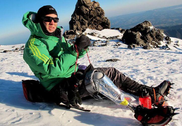 El montañista colombiano Nelson Cardona, durante su ascenso al Monte Elbrus en Rusia. (EFE)